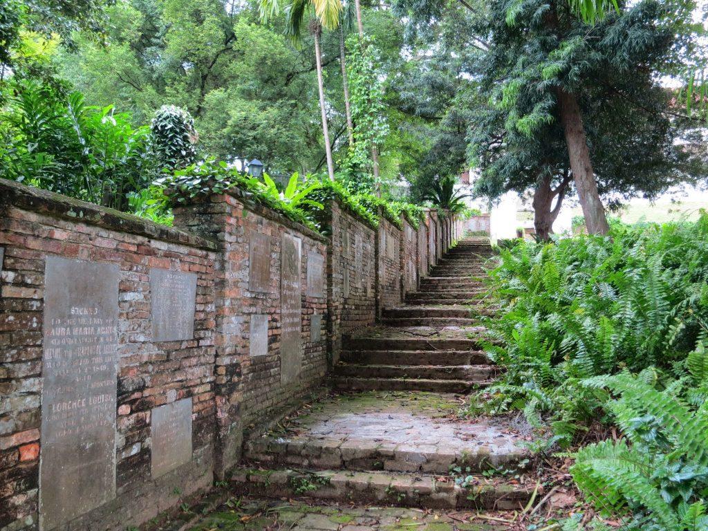 Enquete Singapour - Mur pierres tombales