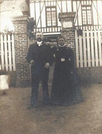 MADELAINE Louis et Clémence devant la Villa du Bonheur